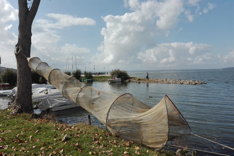 Water and history itinerary in umbria and emilia romagna for Rete da pesca arredamento